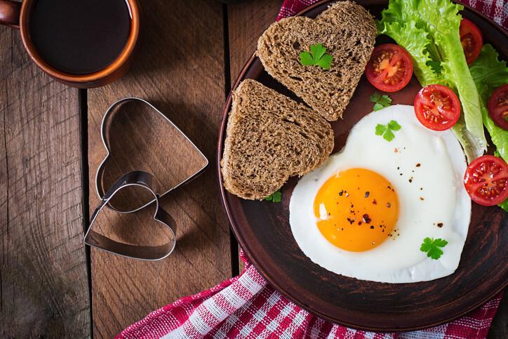 az étkezések kihagyása segít a fogyásban)
