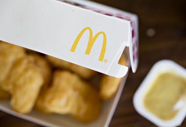 Szörnyű dolog került a McDonald's csirkefalatkájába – Egy kislány majdnem megfulladt tőle