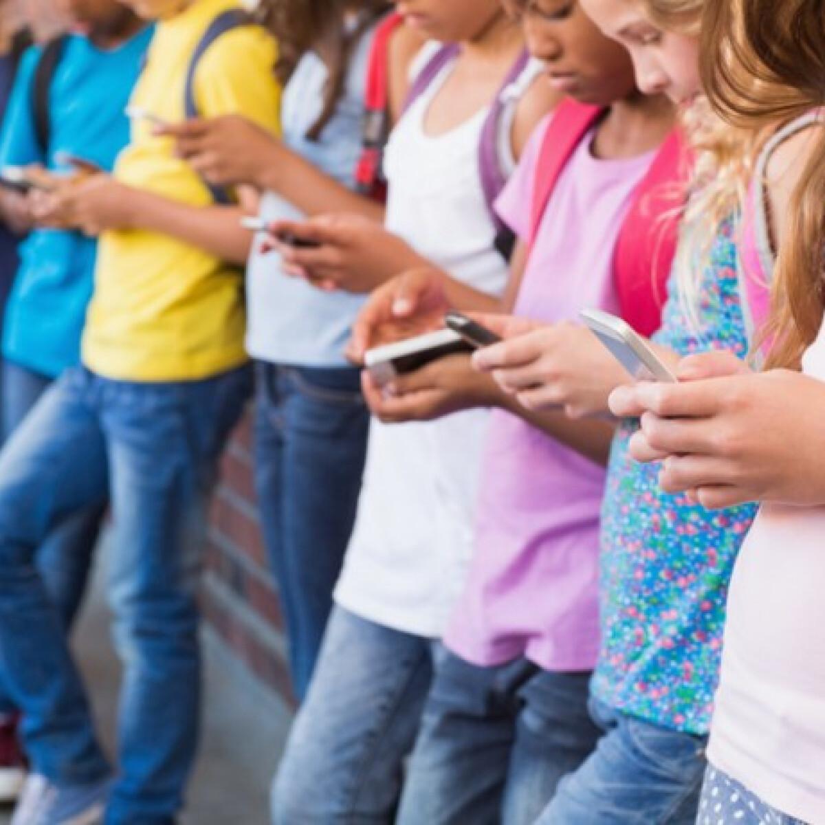 Szarva nőhet a sok mobilozástól a fiataloknak - lehet, hogy a te gyereked is érintett