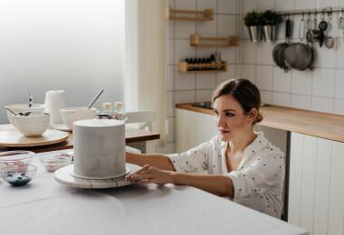 """""""Mindig arra buzdítom az embereket, hogy az ő esküvői tortájuk legyen egy kicsit más"""" – Horváth Alexandrát, az Egy csipet torta alapítóját kérdeztük"""