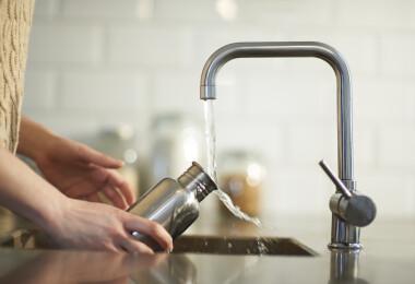 Itt a válasz, hogy milyen gyakran kell tisztítanod a vizespalackodat