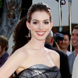 Százakból csinált bohócot Anne Hathaway gyümölcsös trükkjével