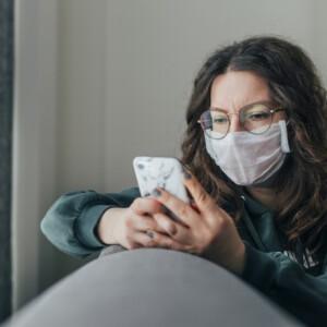 Hogyan akadályozzuk meg, hogy bepárásodjon a szemüvegünk a maszkban?