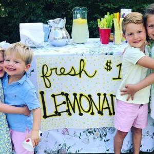 Ezek a gyerekek elképesztően sok pénzt gyűjtöttek limonádéárulással
