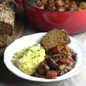 Igazi ír marhagulyást és rusztikus barnakenyeret készítettünk – próbáld ki!