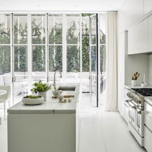 Így néz ki egy igazán minimalista konyha és étkező
