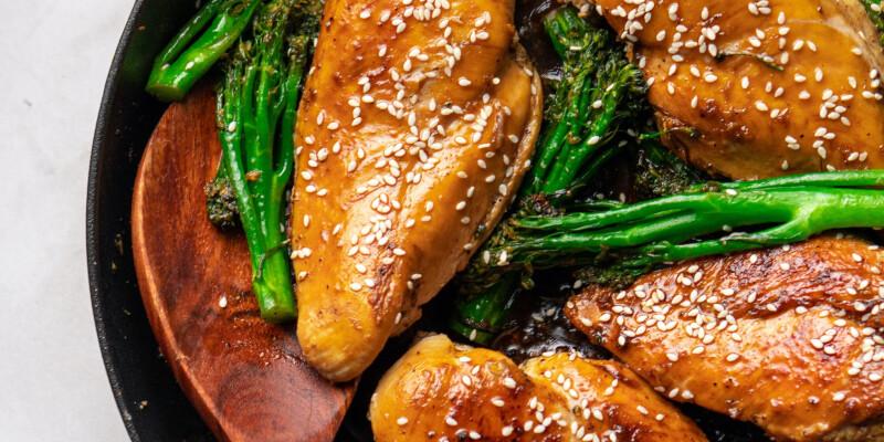Az 5+1 hozzávalós vacsora, ami mindent visz – Ettől a bébibrokkolis csirkétől bekönnyezel