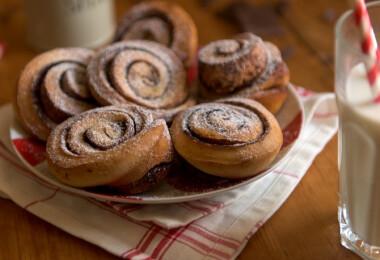 Trükkös kakaós csigák muffinformában sütve