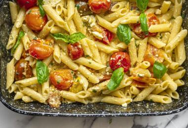 Mutatjuk, hogy készül a tepsis fetás-paradicsomos pasta, amiért most az egész világ rajong...és mi is!