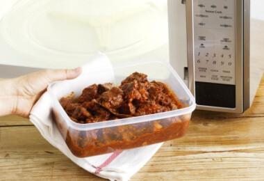 1 meglepő trükk terjed a neten, amivel kiszedheted az elszíneződést az ételhordódból
