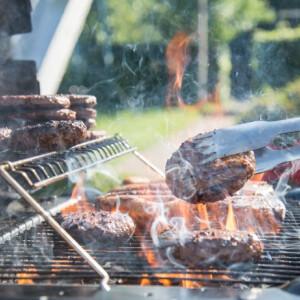 Így tisztítsd meg egyszerűen a ragacsos, piszkos rácsot a grillsütődön!