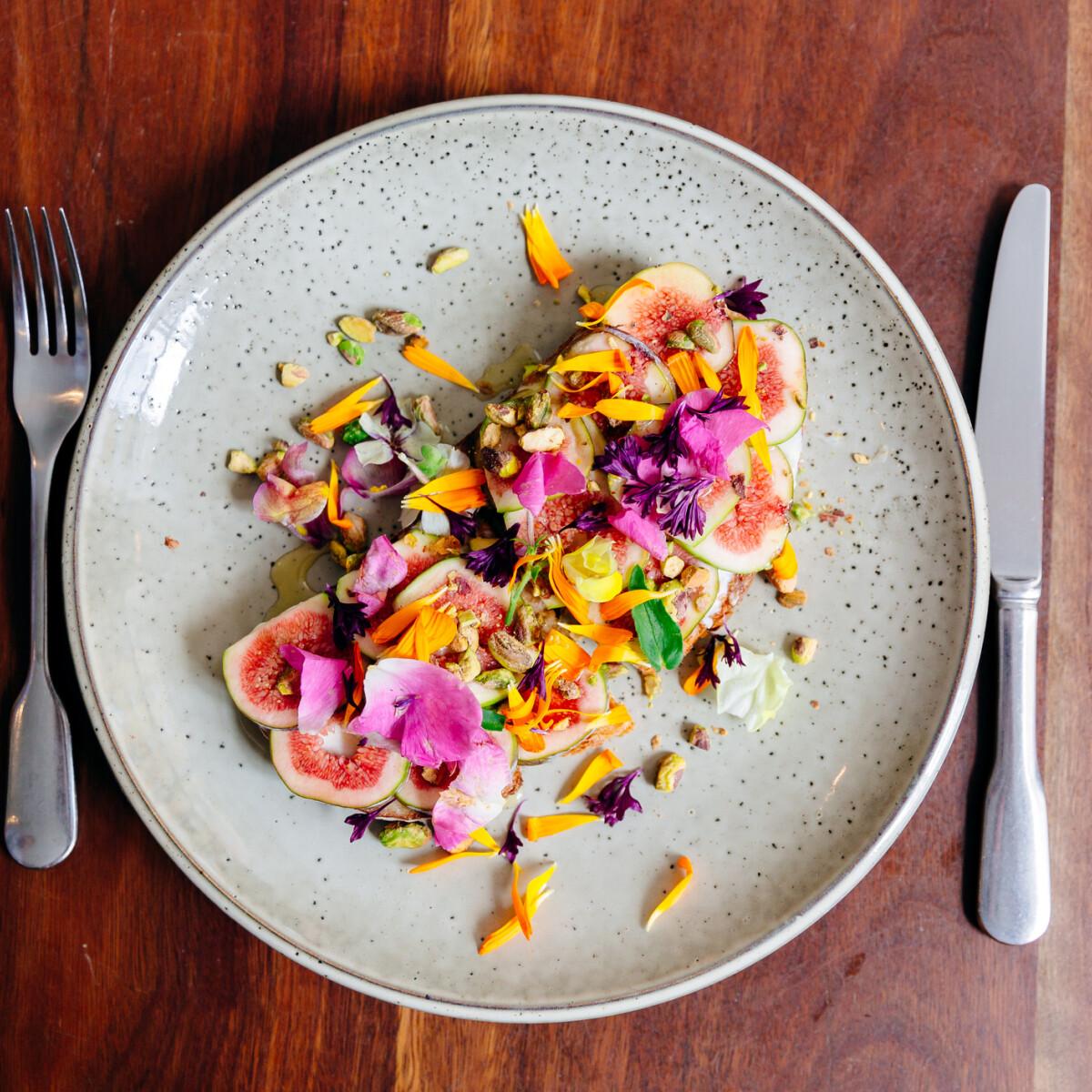 Ehető és csodás virágok a tányéron – így használják őket a hazai profik