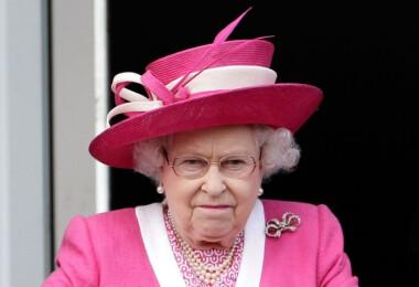 Erzsébet királynő elég érdekesen fogyasztja a hamburgert