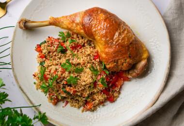 Így töltsd pufira izgalmas zöldfűszeres-vajas morzsával a csirkecombod