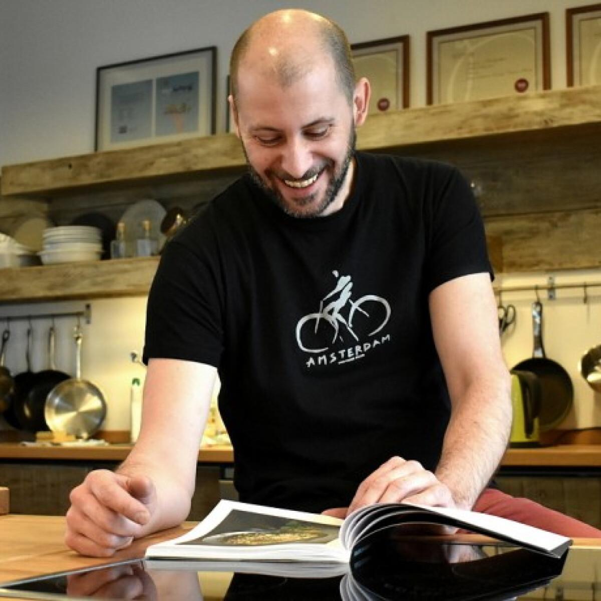 """""""A főzés nem játék!"""" - beszélgetés Bereznay Tamás séffel Egyserpenyős receptek című új könyvéről"""