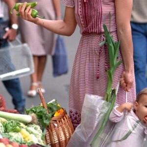 Bejárta a világot ez a '87-es magyar fotó a cipekedő anyáról – ráadásul a szereplők is előkerültek!