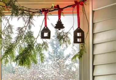 Egyszerű és mutatós karácsonyi dekorációk az étkezőbe