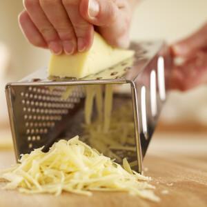 Ha beveted ezt a trükköt, soha többé nem ragad bele a sajt a reszelőbe