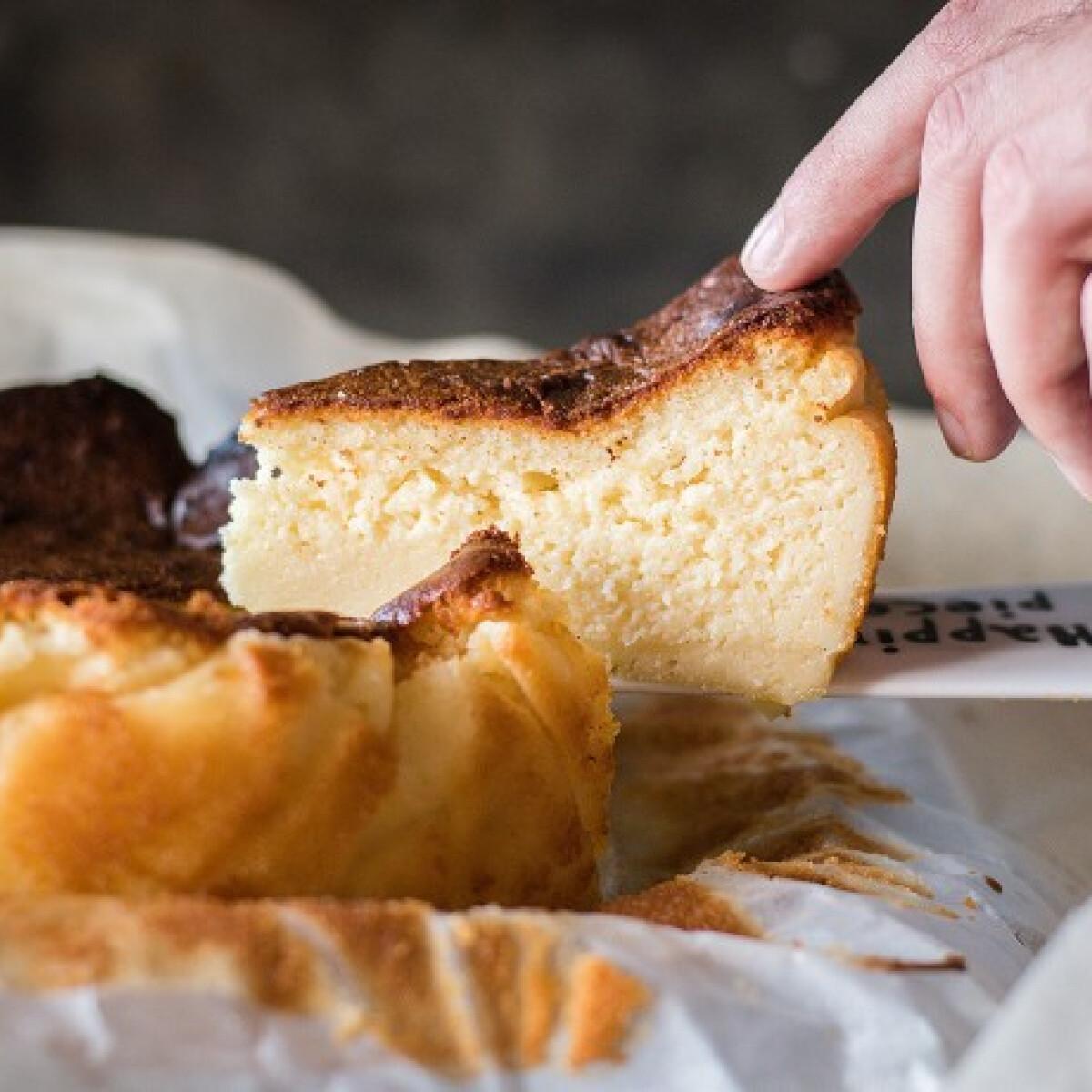 Itt a baszk sajttorta, ami krémes, nincs tésztája, és nagyon könnyű elkészíteni!