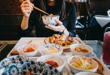 Egy étteremben megmérik az odaérkező vendégek súlyát – a cél nem a megszégyenítés...de akkor mi?