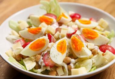 8 színes, húsvéti saláta friss retekkel