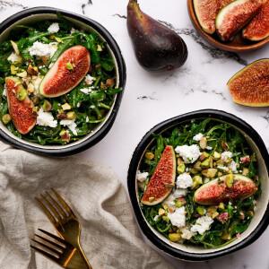 12 színes és izgalmas saláta zöldségekből, gyümölcsökből és más finomságokból