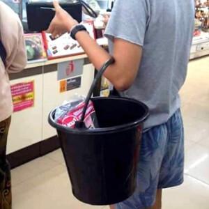 A thai-ok vödörrel járnak vásárolni, mert betiltották a nejlonzacsit – nézd!