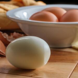 Utálod pucolgatni a főtt tojást? Itt a tökéletes hámozási trükk!