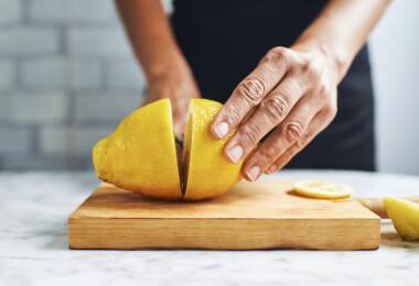 7 TikTok-trükk, ami megkönnyíti a zöldségekkel való munkát a konyhában