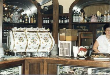 Titokzatos jótevő Pécsnek ajándékozta a legendás cukrászda Herendi kávégépburkolatát