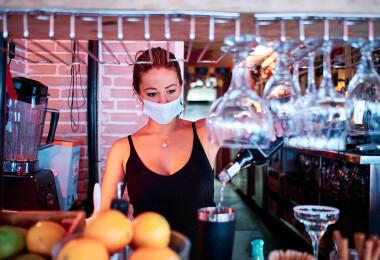Eltörlik a maszkhasználatot, mindenki mehet étterembe – lazítások jönnek