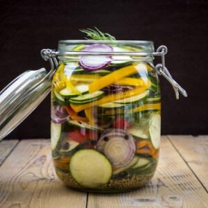 Íme Jamie Oliver savanyú uborkájának receptje – bármilyen maradék zöldség savanyításához!