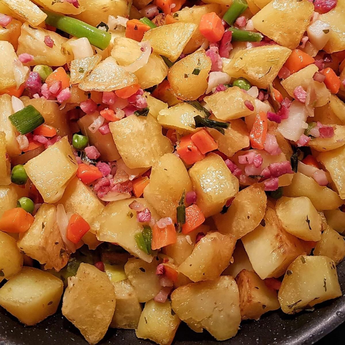 Ezen a képen: Sonkás-zöldséges krumpli