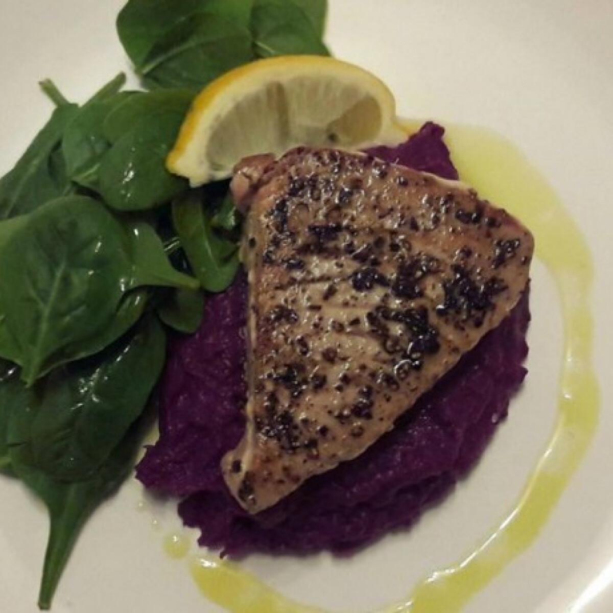 Ezen a képen: Tonhal steak lila édeskrumplival és citromos spenótsalátával