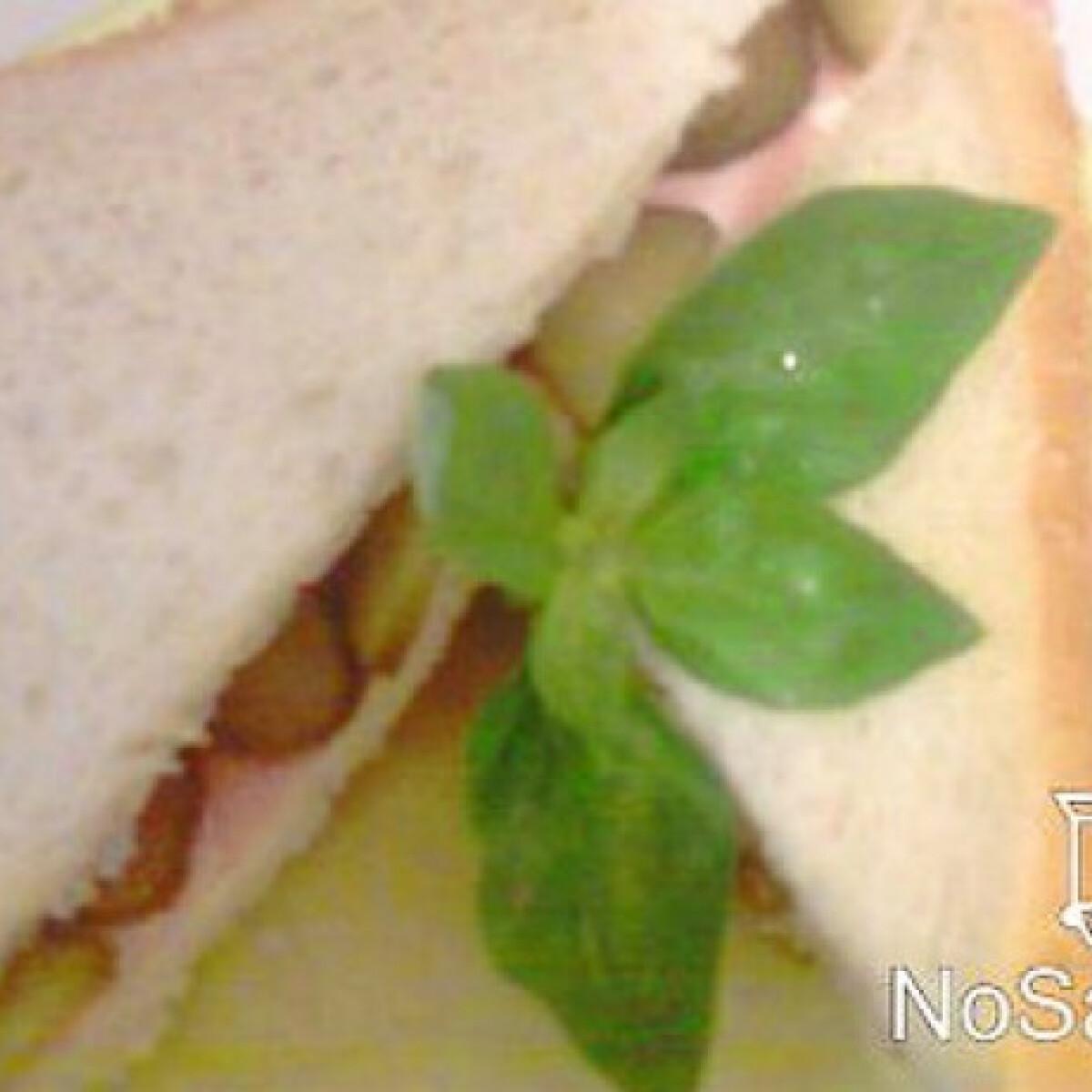 Ezen a képen: Sonkás-sajtos szendvics koviubival