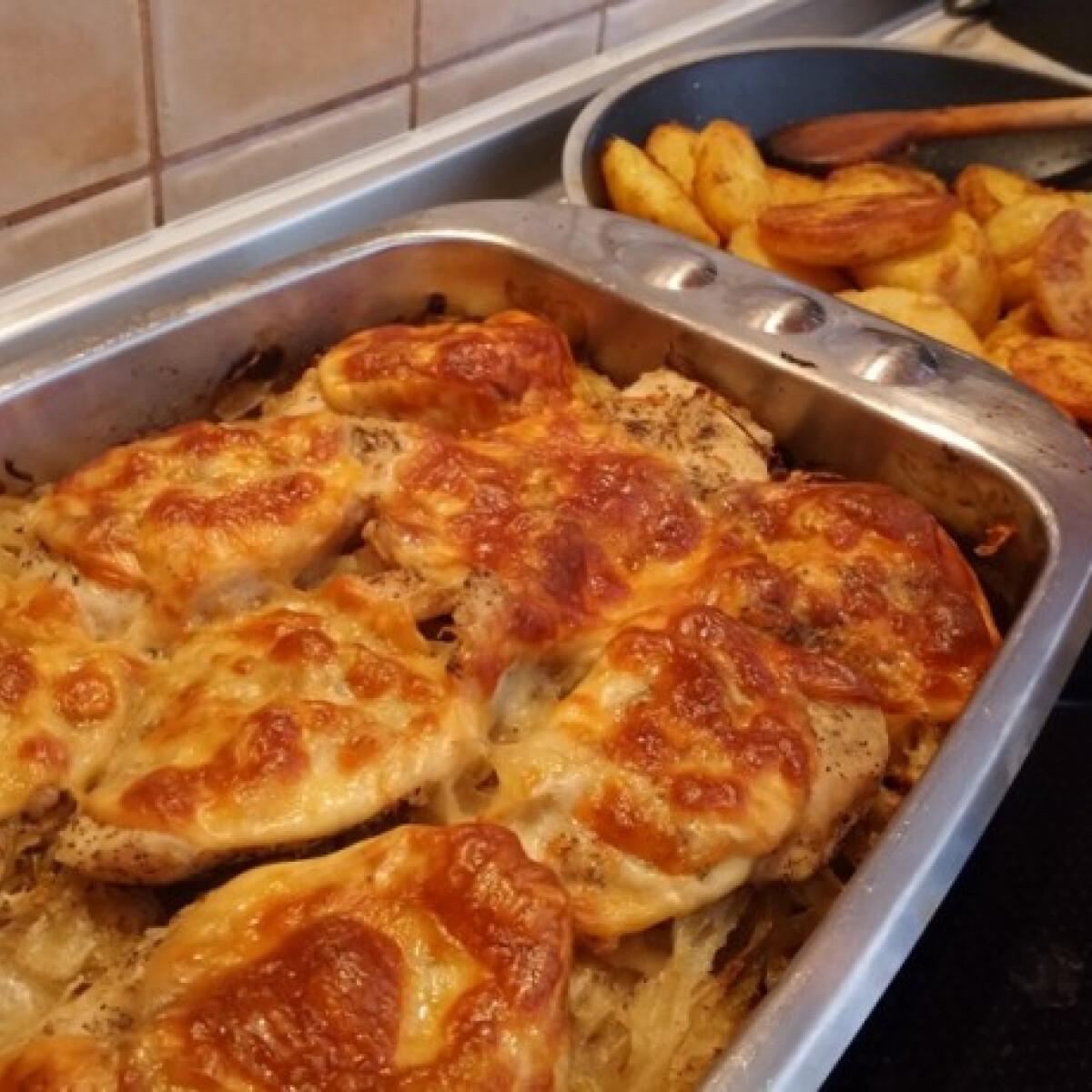 Ezen a képen: Csirkemell savanyú káposzta ágyon sütve fűszeres újkrumplival
