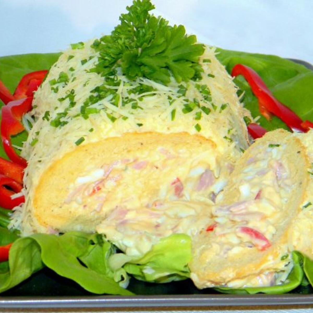 Ezen a képen: Piskótarolád majonézes salátával töltve
