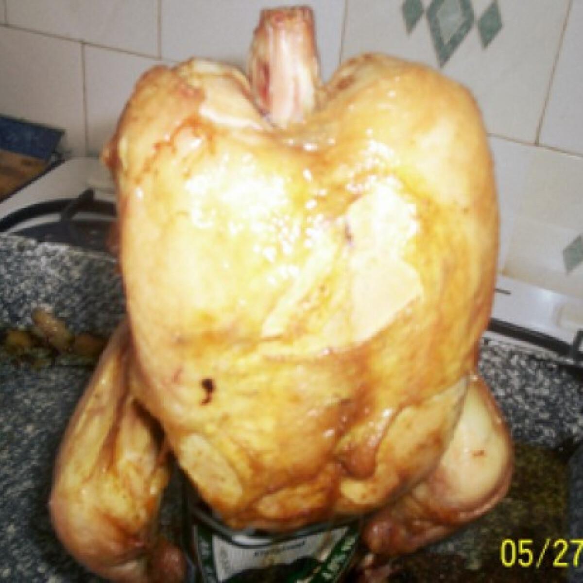 Ezen a képen: Sörös dobozon sült csirke
