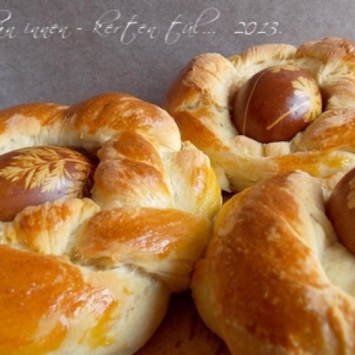 Ezen a képen: Húsvéti tojások kalácsfészekben