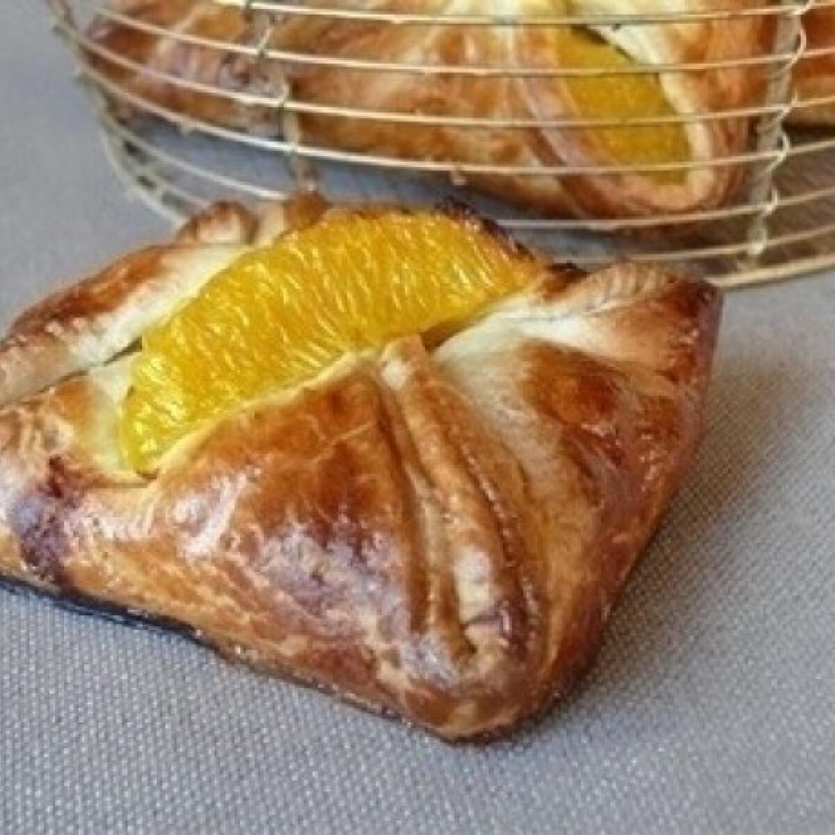 Ezen a képen: Narancslében marinált csirkemell tésztabatyuban