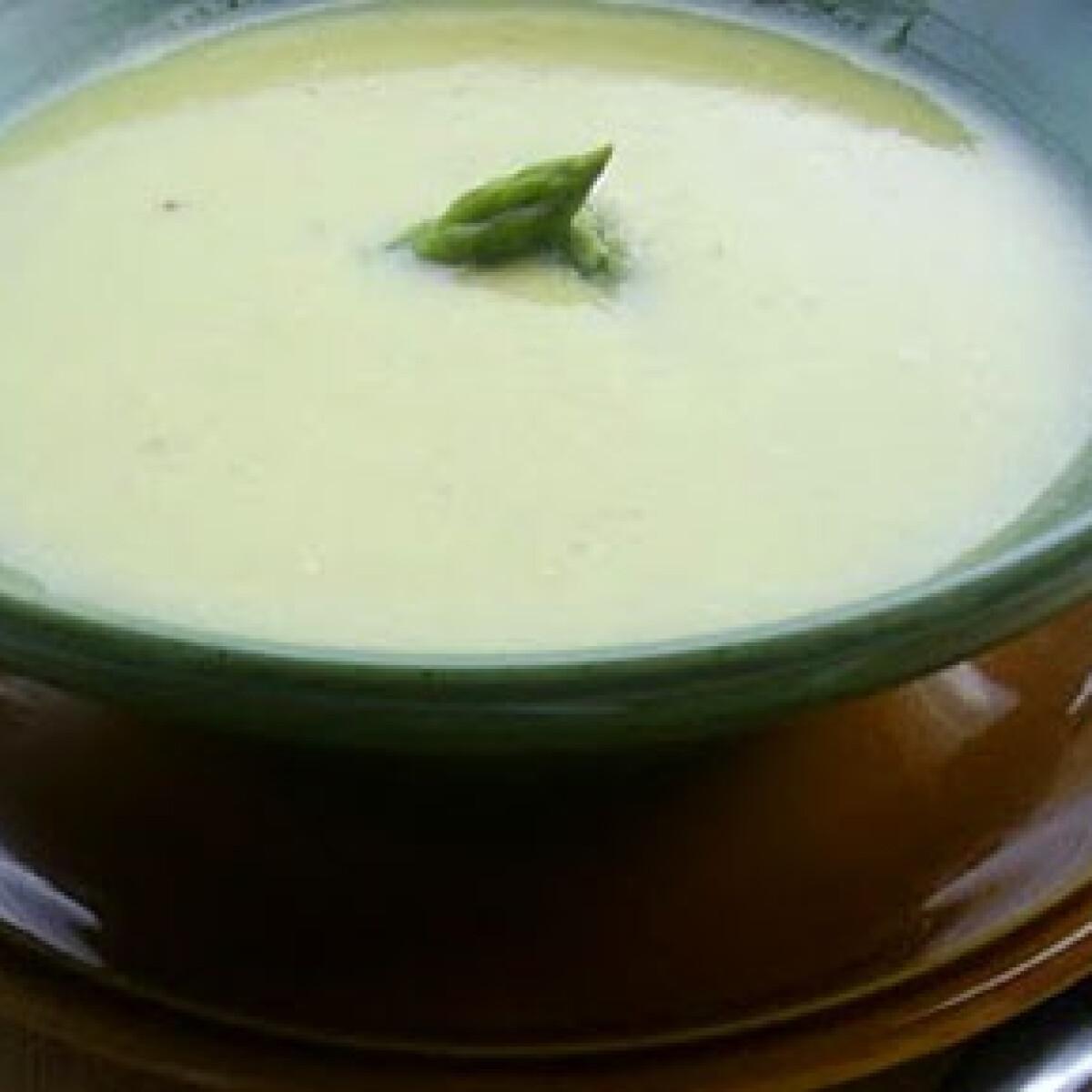 Ezen a képen: Citromos spárgakrémleves