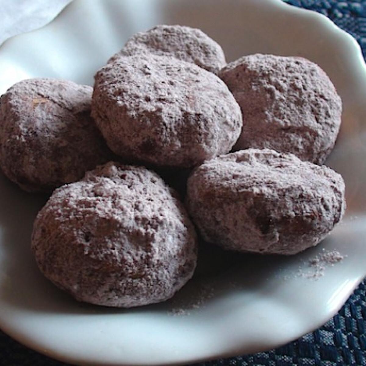 Ezen a képen: Krumplis fánk kakaós porcukorral