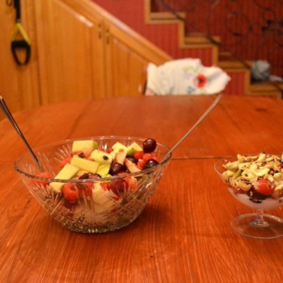 Gyümölcssali joghurttal és pirított magvakkal