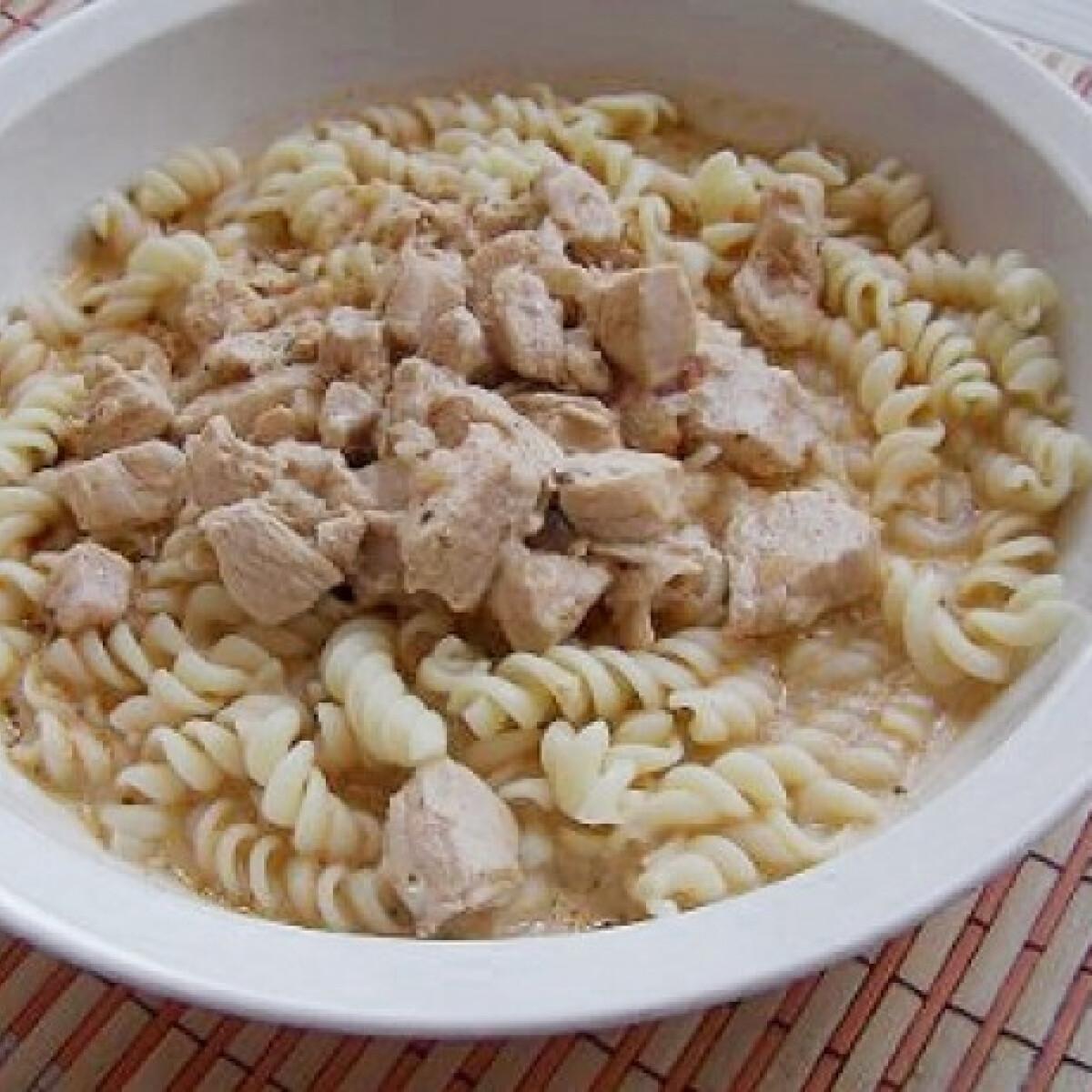 Ezen a képen: Tejfölös csirkepörkölt Linajany konyhájából