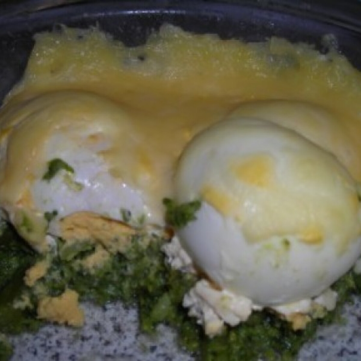 Ezen a képen: Töltött tojás brokkoli ágyon