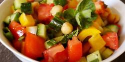 Tarka csicseriborsó-saláta