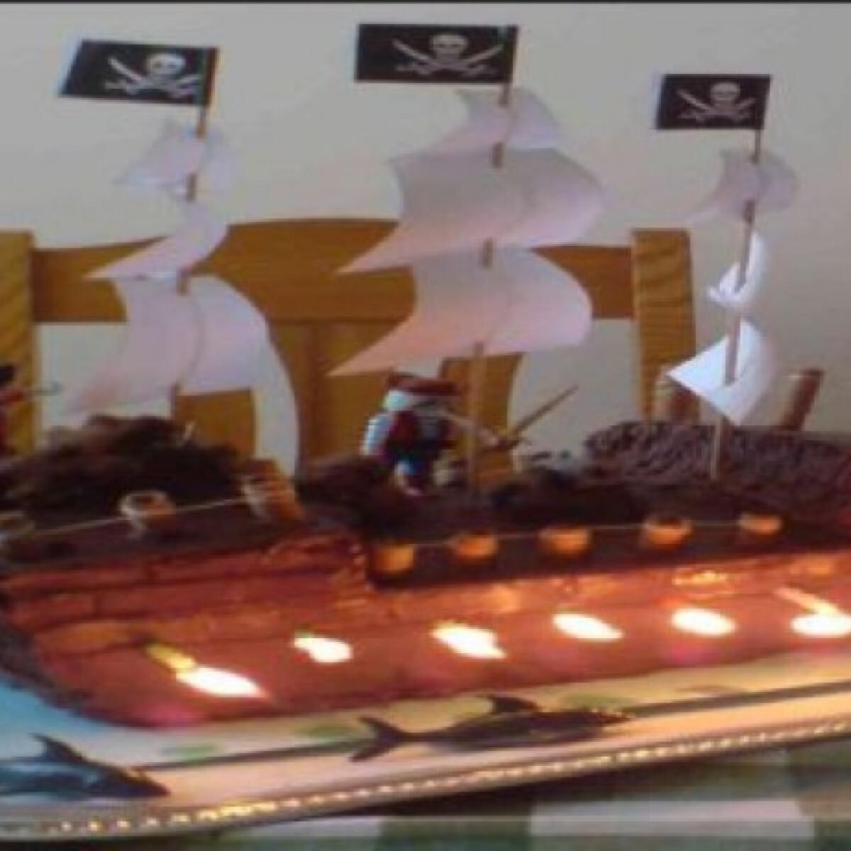 Ezen a képen: Kalózhajó torta