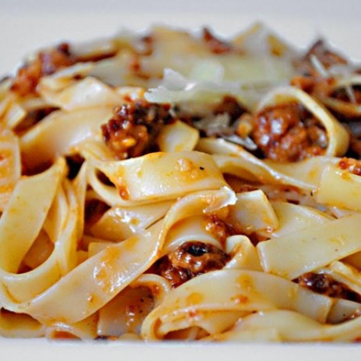Ezen a képen: Pesto rosso tagliatelle-vel