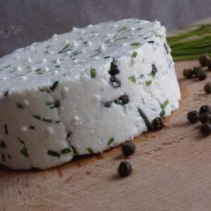 Friss házi sajt zöldborssal és snidlinggel