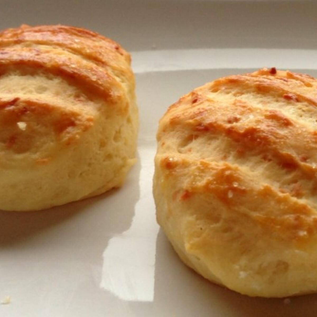 Ezen a képen: Sós-sajtos-krumplis pogácsa